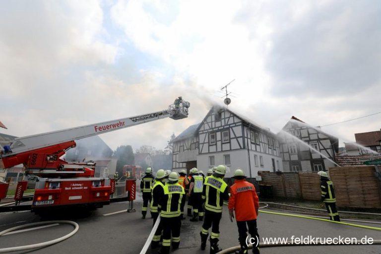 Wohnhaus-Vollbrand in Wohnfeld mit vier Verletzten