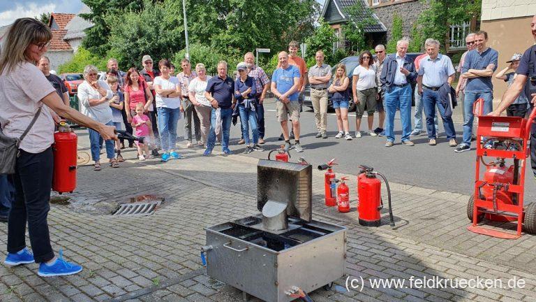 Beim Grillfest den Umgang mit Feuerlöschern näher gebracht